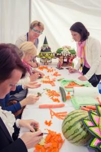 การสาธิตและสอนการแกะสลักผักผลไม้